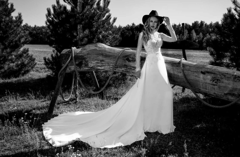 Suknia: Pronovias Kapelusz: Stetson / Maajla